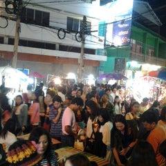Photo taken at ถนนคนเดินวัวลาย (Wualai Saturday Nightmarket) by เสกสรร ว. on 12/29/2012