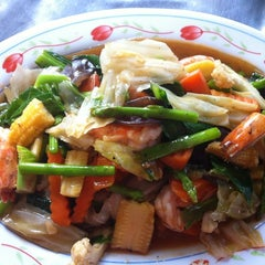Photo taken at ครัวคุณนุช by Oui V. on 12/13/2012