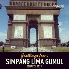 Photo taken at Simpang Lima Gumul Kediri by Aryo Gutomo G. on 3/22/2013