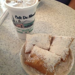 Photo taken at Café du Monde by Krista H. on 7/25/2013