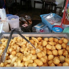 Photo taken at ร้านน้ำเต้าหู้เซ็กเกี๋ยกั้ง (ไซ้จันทร์) by bhat p. on 5/11/2013