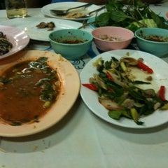 Photo taken at ร้านลาบร้อยเอ็ด by Tanapon D. on 9/15/2012