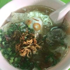 Photo taken at แดง ก๋วยจั๊บญวน (ร้านใหม่) Khun Daeng - Vietnamese Noodle by Aif K. on 9/25/2015