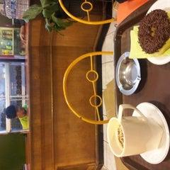 Photo taken at Kindys Donuts & Coffee - Stasiun Purwokerto by Budi D. on 2/17/2013