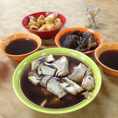 Photo taken at Heng Kee Bak Kut Teh 兴记肉骨茶 by Julz on 6/20/2013