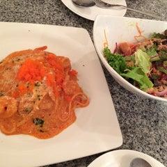 Photo taken at Fresh Boxx Salad Café (เฟรชบ็อกซ์ สลัดคาเฟ่) by ROONG S. on 8/8/2015