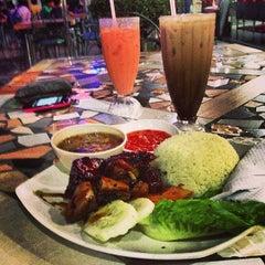 Photo taken at Restoran Perantau Seafood & Western Food by eReYn🎀 S. on 3/13/2013