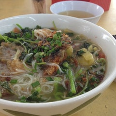 Photo taken at Woo Pin Fish Head Noodles by Sally W. on 7/2/2013