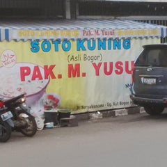 Photo taken at Soto Kuning Pa' M. Yusuf by Achmad Pulung Y. on 5/14/2014