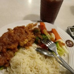 Photo taken at OldTown White Coffee by Wahida A. on 5/1/2016