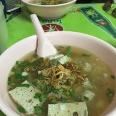 Photo taken at แดง ก๋วยจั๊บญวน (ร้านใหม่) Khun Daeng - Vietnamese Noodle by Pam C. on 9/30/2015