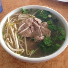 Photo taken at Oodles of Noodles Vietnamese Cuisine by Hide T. on 10/15/2013