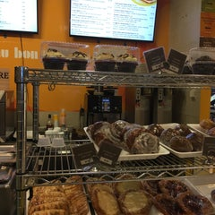 Photo taken at Au Bon Pain by Andrew W. on 11/10/2015