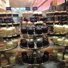 Photo taken at Georgetown Cupcake by Linda M. on 11/25/2012