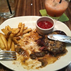 Photo taken at Outback Steakhouse by Kim W. on 11/26/2013