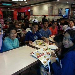 Photo taken at Pizza Hut by Maslinda M. on 6/14/2013
