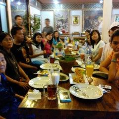 Photo taken at Mang Kabayan by Yosua D. on 6/22/2014