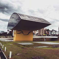 Photo taken at Estacionamento Museu Oscar Niemeyer by Felipe F. on 7/10/2015