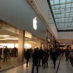Photo taken at Apple Store by Gari W. on 1/19/2013
