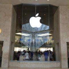 Photo taken at Apple Store Carrousel du Louvre by Jérôme P. on 8/14/2012