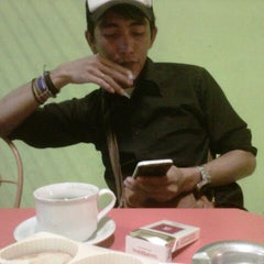 Photo taken at Kindys Donuts & Coffee - Stasiun Purwokerto by Gemah S. on 9/4/2013