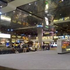 Photo taken at Baggage Claim by @VegasBiLL on 3/18/2013