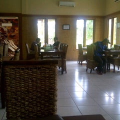 Photo taken at Cibiuk - Rumah Makan Khas Sunda by Lovena S. on 10/30/2012