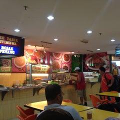 Photo taken at Restoran Hameed's by 1 O. on 4/27/2013