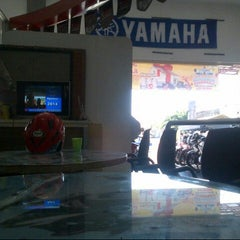 Photo taken at Yamaha Dealer and Service Gunungsari by dewi a. on 8/15/2014
