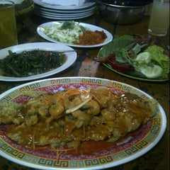 Photo taken at Warung Lesehan Rumadi by Rahma D. on 7/21/2013