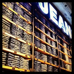 Photo taken at AEO & Aerie Store by Khue N. on 8/16/2013