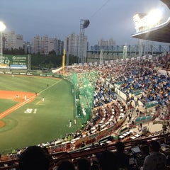Photo taken at 목동야구장 (Mokdong Baseball Stadium) by Chunwon C. on 10/14/2013