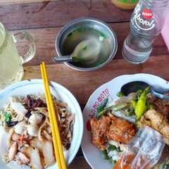 Photo taken at Bakmie Oukie by Willy K. on 4/18/2014