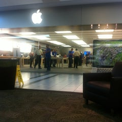 Photo taken at Apple Store, Dadeland by Juan P. on 10/24/2012