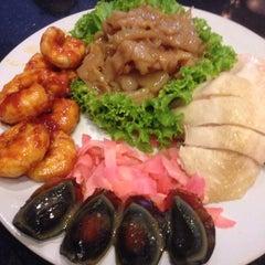Photo taken at ภัตตาคาร ไออาต้า-พาต้า (Iata-Pata Restaurant) by Nok N. on 2/20/2015