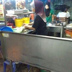 Photo taken at CT Nasi Ayam Garing Mancongkam by Sophy Sufian S. on 10/25/2012