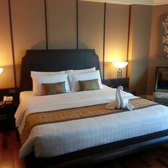 Photo taken at Krungsri River Hotel (โรงแรมกรุงศรีริเวอร์) by สันติธร ย. on 3/18/2013