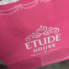Photo taken at Etude House by PICHAYABT on 12/7/2014