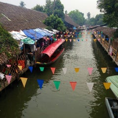 Photo taken at ตลาดน้ำคลองลัดมะยม (Klong Lat Mayom Floating Market) by Seunglii S. on 2/10/2013