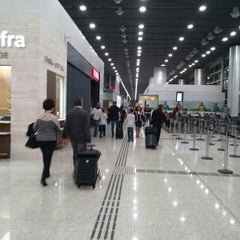 Photo taken at Aeroporto Internacional de São Paulo / Guarulhos (GRU) by Maicon M. on 4/14/2015