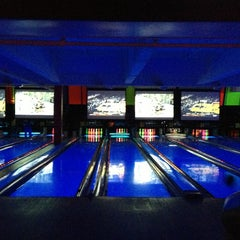 Photo taken at Bowlmor Lanes Union Square by Vonatron L. on 1/20/2013