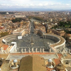 Photo taken at Basilica di San Pietro in Vaticano by Nelly on 4/9/2013