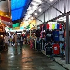 Photo taken at ตลาดนัดเจ้าฟ้าวาไรตี้ (Chaofa Variety Weekend Markets) by Ones S. on 10/21/2012