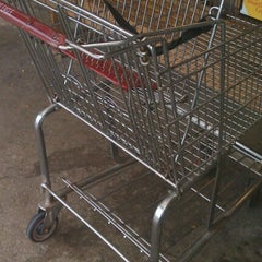 Photo taken at Giant Eagle Supermarket by Janmichael G. on 10/15/2012