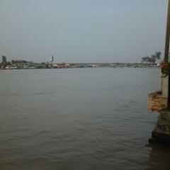 Photo taken at เรือนมอญริมน้ํา เกาะเกร็ด by รัฐธินี ป. on 10/14/2012