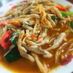 Photo taken at ร้านอาหาร เพื่อน (แม่กลอง) by Natthapol N. on 8/10/2014