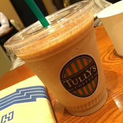 Photo taken at TULLY'S COFFEE 飯田橋ガーデンエアタワー店 by Jun H. on 4/5/2016