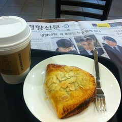 Photo taken at STARBUCKS COFFEE by Eun-kyoung N. on 10/27/2012