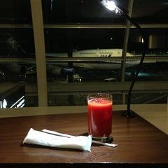 Photo taken at エアポートラウンジ - 羽田空港 第1旅客ターミナル 南 by nobuya on 12/22/2012