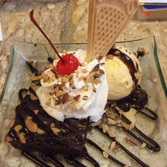 Photo taken at Swensen's (สเวนเซ่นส์) by Nut C. on 6/6/2015